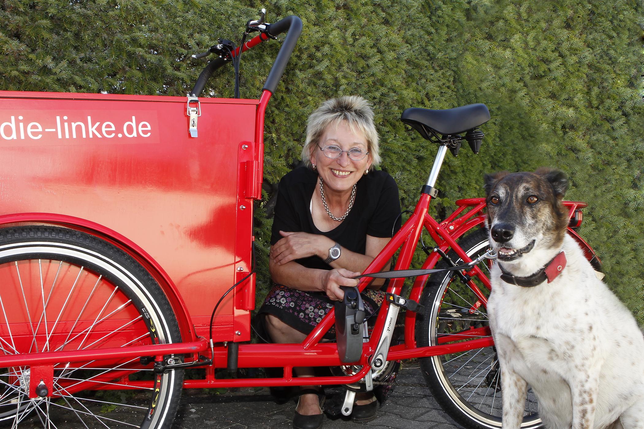 Eva Bulling-Schröter MdB Fraktion DIE LINKE mit ihrem Hund Chico
